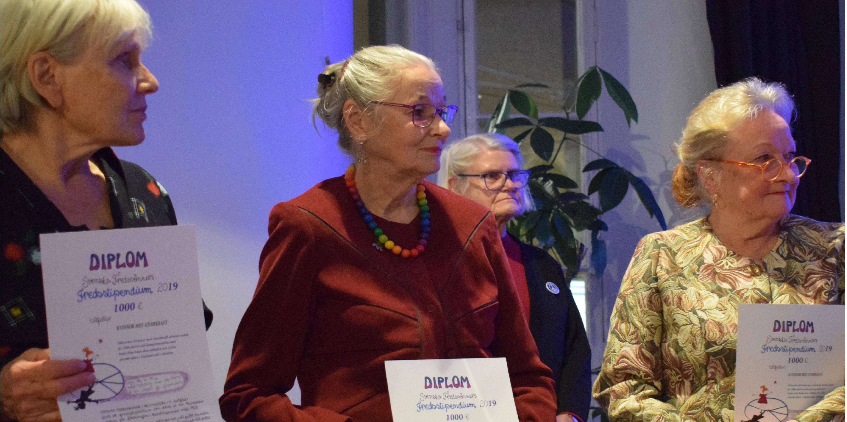 Pirkko Lindberg, Lea Launokari ja Ulla Klötzer vastaanottamassa rauhanpalkintoa.