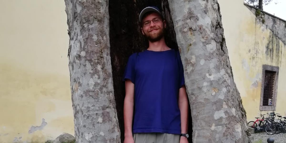Päätoimittaja Aku Kervinen on puun sisään kaivertuneessa kolossa.