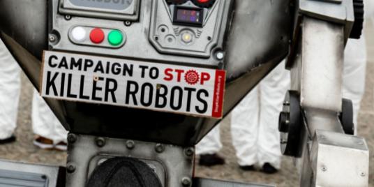 Ihmisen muotoinen rujo robttihahmo katsoo kohti kameraa. Sen rinnassa on laatta: Campaign to Stop Killer Robots.