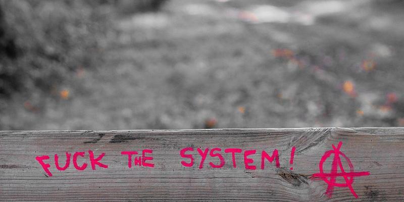 Maalattu iskulause: Fuck the system!