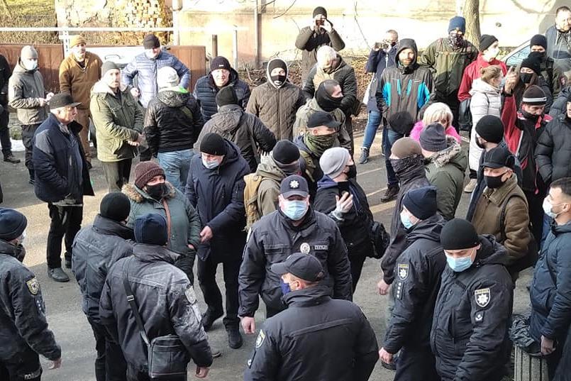 Äärioikeistolaiset mielenosoittajat ja poliisit parveilevat sekaisin aukiolla.