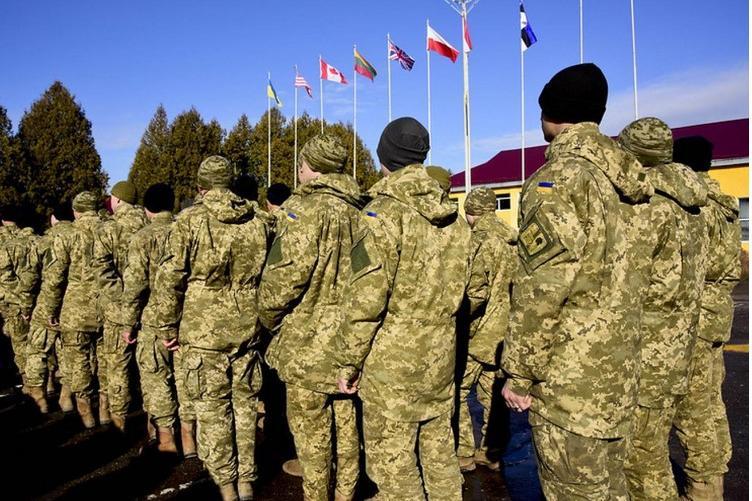 Kuva ukrainalaisista sotajoukoista seisomassa.