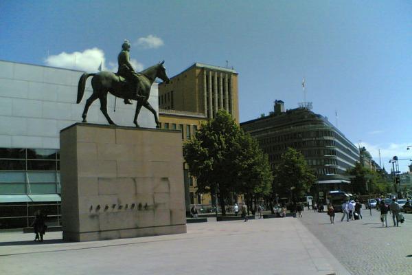 Mannerheimin ratsastajapatsas keskellä Helsinkiä.
