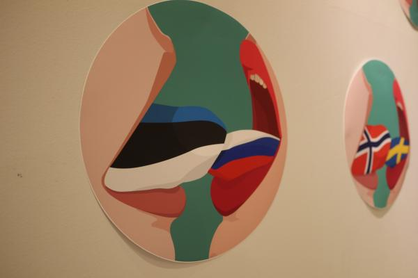 Maalaus Evi Pärn – Different Tongues, One Nation, 2008–2019. Viro. Kaksi avonaisesta suusta ulos työntyvää kieltä lipoo toisiaan. Toinen kieli on Viron lipun väreissä, toinen Venäjän.