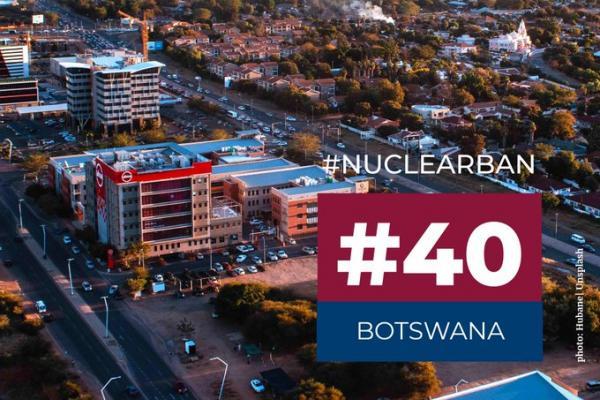 Botswanalaista kaupunkimaisemaa yläviistosta. Teksti: #nuclearban #40 Botswana