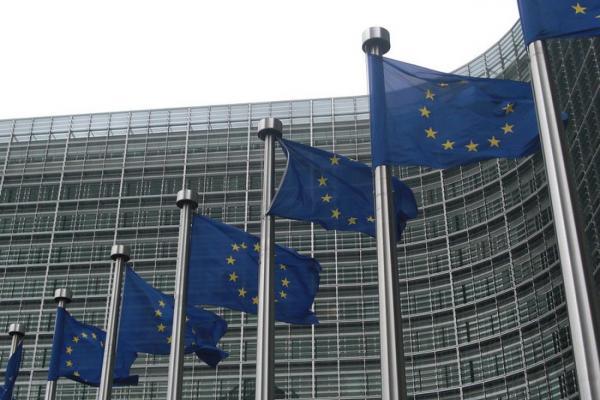 EU:n lippuja liehumassa rivissä europarlamentin edustalla.