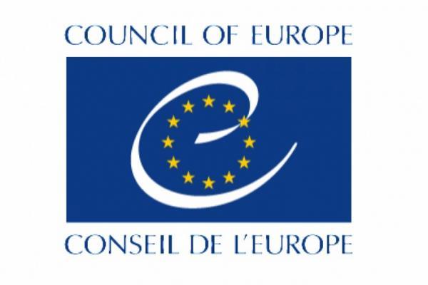 Euroopan neuvoston logossa on sinisellä pohjalla pieni e ja ympyrässä 12 keltaista tähteä.