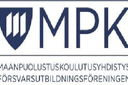 Maanpuolustuskoulutusyhdistyksen logo. Logon vasemmassa reunassa sinivalkoinen vaakunakilpi, oikeassa reunassa kirjaimet MPK.