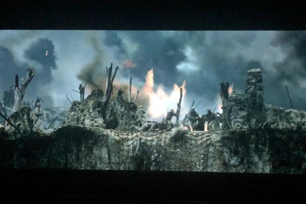 Kuvakaappauksessa elokuvasta Hacksaw Ridge näkyy palavia raunioita pommituksen jäljiltä.