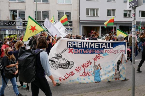 Kuvassa on joukko Rheinmetall entwaffen -liikkeen aktivisteja osoittamassa mieltään.